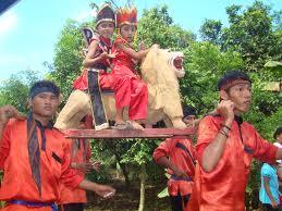 Sisingaan adalah kesenian khas sunda yang menampilkan 2–4 boneka